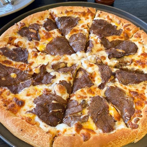 پیتزا بریسکت یا پیتزا استیک خوشمزه در میورا