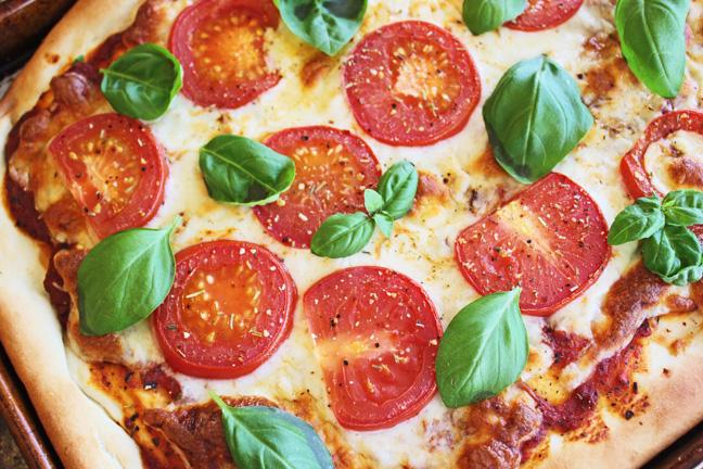 اولین پیتزا توسط فردی به نام رافائل اسپوسیتو که آشپزکاخ سلطنتی بود آماده شد