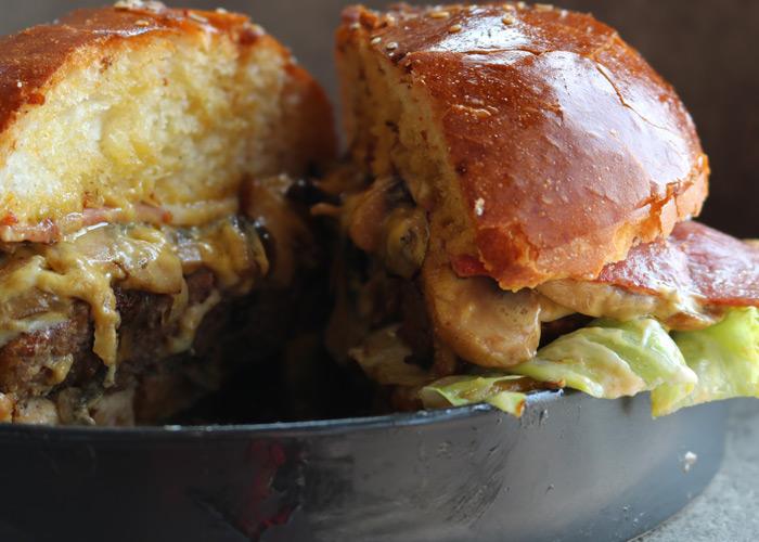 از ادویههای مختلف برای همبرگر خوشمزه خود استفاده کنید